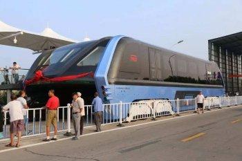 """30 người bị bắt giữ trong dự án xe buýt """"chân dài"""" Trung Quốc"""