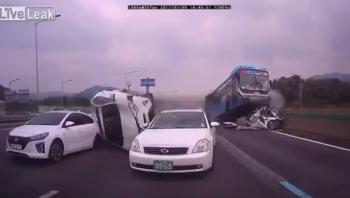 Khoảnh khắc kinh hoàng xe buýt mất lái, nghiền nát ôtô