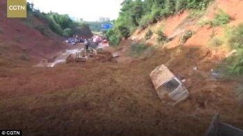 """Sạt lở đất nghiêm trọng, hàng loạt ôtô bị """"chôn vùi"""""""