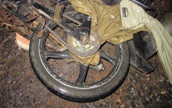Tử vong vì xe máy cuốn áo mưa siết cổ người lái