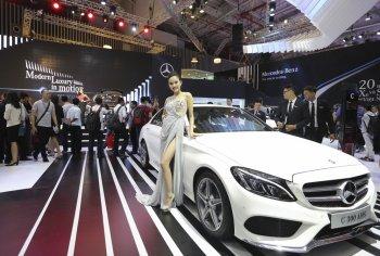 """VMS 2017: Mercedes-Benz khoe sedan C-Class hộp số """"khủng"""" giá từ 1,489 tỷ"""
