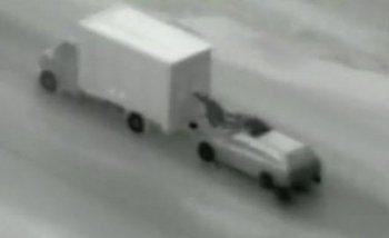 """Trộm """"cuỗm"""" iPhone từ xe tải đang chạy như phim hành động"""