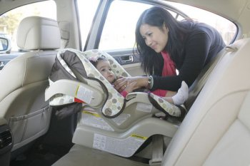 Nhiều hãng xe nghiên cứu tính năng cảnh báo bỏ quên trẻ nhỏ trên ôtô