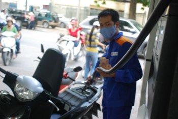 Giá xăng lại tăng lên mức kỷ lục