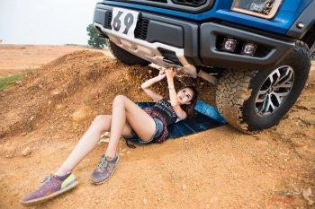 """Xem người đẹp """"tắm bùn"""" cùng xe"""