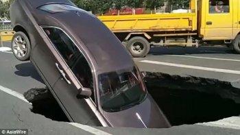 """Xe Rolls-Royce cắm đầu xuống """"hố tử thần"""""""