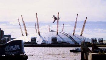 Tay chơi cào cào lộn ngược trên bầu trời sông Thames