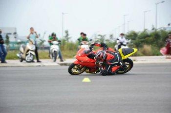 Biker Việt trình diễn kỹ năng Elbow-down
