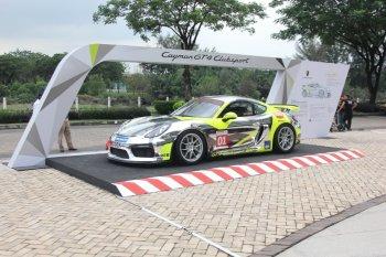 """Cận cảnh """"xe đua nổi loạn"""" Porsche Cayman GT4 Clubsport trên phố Sài Gòn"""