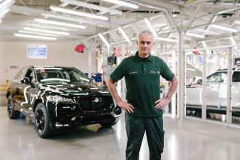 """""""Người đặc biệt"""" Mourinho làm nhân viên nhà máy Jaguar Land Rover"""