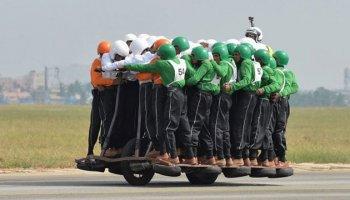 Kỉ lục Guinness mới: 58 người trên một chiếc xe máy