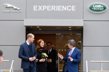 """Vợ chồng hoàng tử Anh """"trải nghiệm"""" nhà máy Land Rover"""