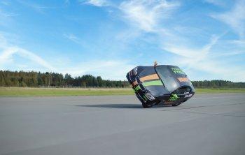 Màn trình diễn lái BMW 330 trên 2 bánh tại vận tốc 186 km/h
