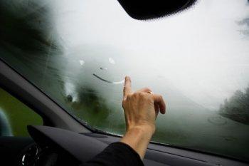 Cách sấy kính chắn gió xe hơi nhanh nhất