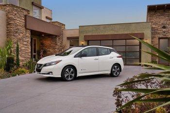 """Nissan Leaf cho khách hàng tự """"dựng"""" xe"""
