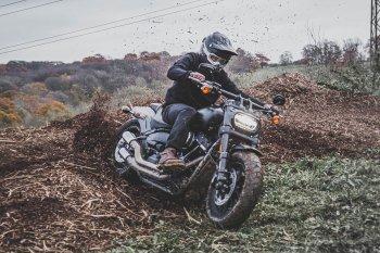Harley-Davidson Fat Bob: Ai bảo cruiser thì không được nghịch bùn?