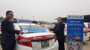 Toyota dán áp-phích trên xe taxi, tuyên truyền an toàn giao thông