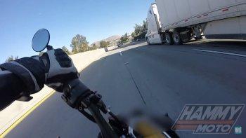 Vận mệnh mỉm cười, biker chạy Kawasaki Z1000 thoát chết trong gang tấc