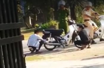 """Cộng đồng mạng """"dậy sóng"""" vì clip CSGT bắt người dân phải xì lốp xe"""