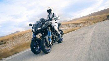 Môtô 3 bánh Yamaha Niken phô diễn công nghệ ổn định và chính xác