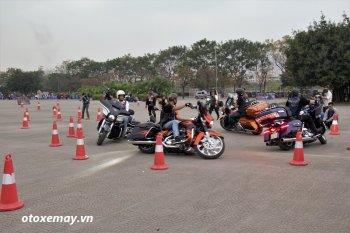 Biker Harley-Davidson Việt phô diễn kỹ thuật điều khiển xe