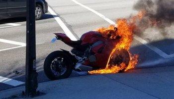 Ducati Panigale V4 nóng bỏng đến mức… bốc cháy