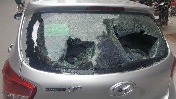 """Hà Nội: Xe Hyundai bất ngờ bị bình khí hàn """"đâm"""" thủng kính sau"""