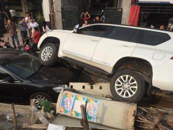 Hà Nội: Toyota Land Cruiser mất lái, rơi trúng đầu Camry