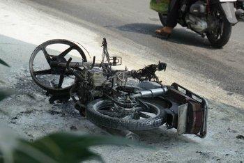 Bị CSGT bắt vì đi ngược chiều, nam thanh niên đốt xe tẩu thoát