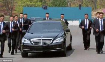 """Hơn chục vệ sĩ """"chạy bộ"""" bảo vệ xe limo của Kim Jong-un"""