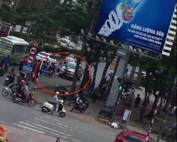 Chạy ngược chiều, xe bán tải lùi chết người tại Nghệ An