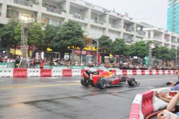 Xe đua F1 vẫy vùng trong mưa Sài Gòn