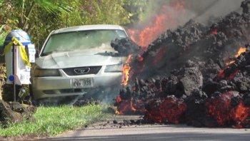 """Xem dung nham núi lửa """"nuốt chửng"""" Ford Mustang"""