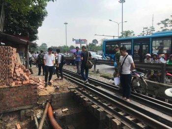 Đứng cạnh đường ray, xe ba gác bị tàu hỏa hất bay xuống mương
