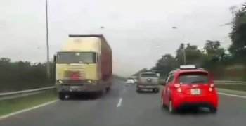 """""""Hết hồn"""" container chạy ngược chiều trên đại lộ Thăng Long"""