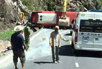 Lật xe khách, gần 20 người thương vong