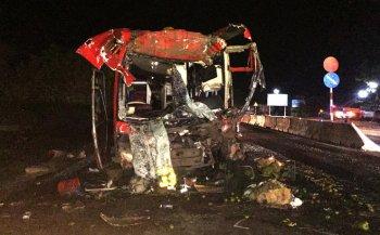 """Xe khách """"nát đầu"""", 12 người bị thương nặng"""