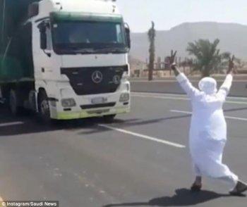 Hết hồn với người đàn ông nhảy múa trước đầu xe tải đang chạy