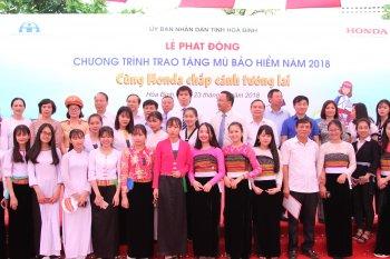 Honda Việt Nam trao tặng mũ bảo hiểm cho học sinh tại Hoà Bình