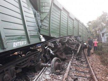 Hai tàu hỏa tông trực diện, 3 toa bay khỏi đường ray