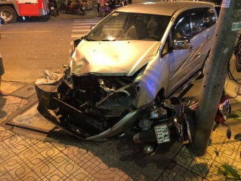 Tai nạn liên hoàn, xe 7 chỗ tông 2 mẹ con nhập viện