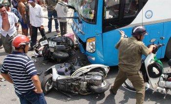 Xe khách tông container cùng hàng loạt xe máy, ít nhất 5 người bị thương