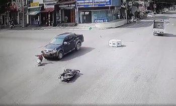Vượt đèn đỏ tại ngã tư, người phụ nữ bị ôtô hất tung