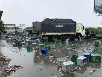 Container đâm xe tải, hàng nghìn vỏ chai bia gây ùn tắc Quốc lộ 5