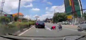 """Mercedes S400 bẻ lái """"nhanh như chớp"""", hai người thoát chết"""