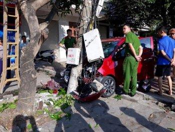 """Kia Morning mất lái, đâm xe máy rồi """"dính chặt"""" vào cột điện"""