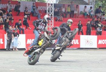 """Biker Việt và quốc tế diễn stunt """"đứng tim"""" tại Sài Gòn cuối tuần"""