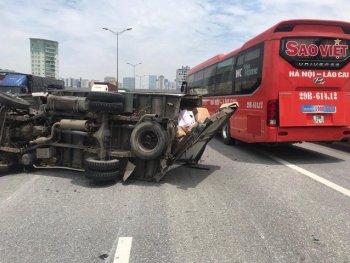 Hà Nội: Xe tải nổ lốp, đâm xe cùng chiều ở đường vành đai 3 trên cao