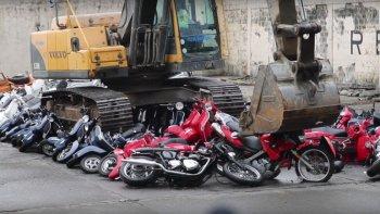 Video: Philippines cho máy xúc nghiền nát hơn 100 xe nhập lậu
