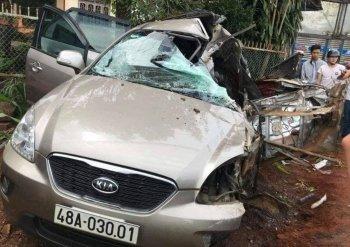 Xe 7 chỗ bị xe tải tông biến dạng, 5 người thương vong
